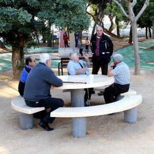 mesa y bancos personalizados optimizados para personas con movilidad reducida